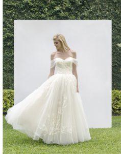Vestido de novia Atala con falda de tul bordada y escote corazón con mangas bajas