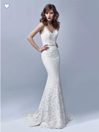 Vestido de novia Eva corte sirena de encaje chantilly escote y espalda v